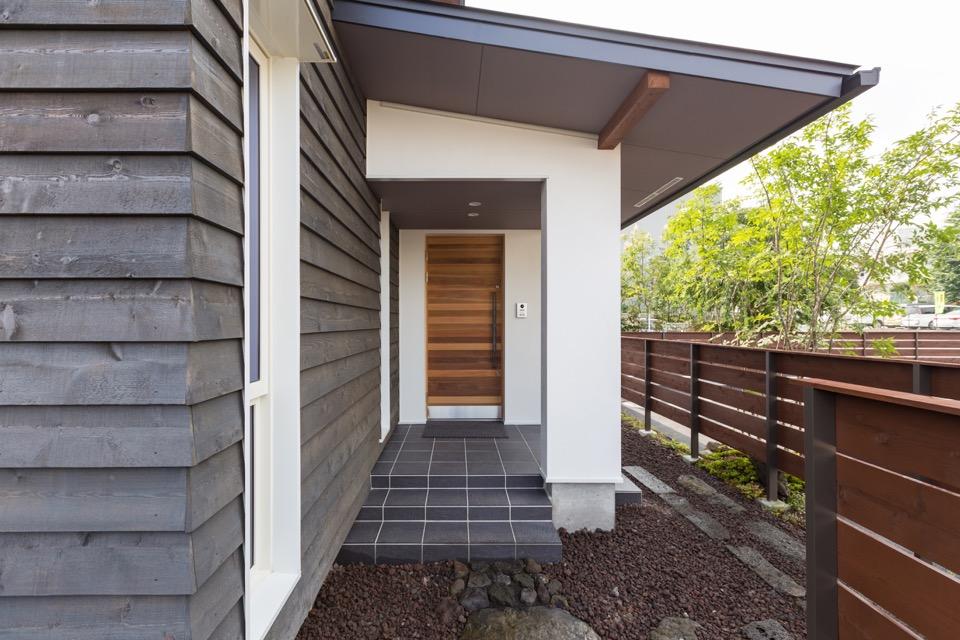 豪雨でも濡れない玄関ポーチ。 玄関ドアはオリジナルのウエスタンレッドシーダー製。