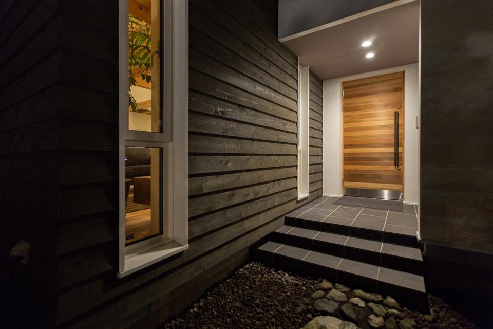 夜の冨嶽町家。 玄関。