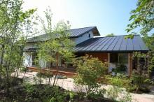 富士宮市の新築住宅の庭。雑木林の散歩道の様な庭。