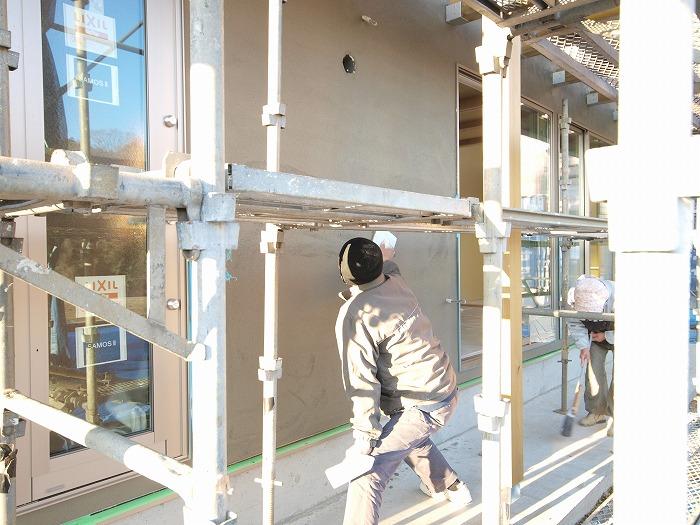 三島市新築住宅 薪ストーブの家 モルタルの下地塗り