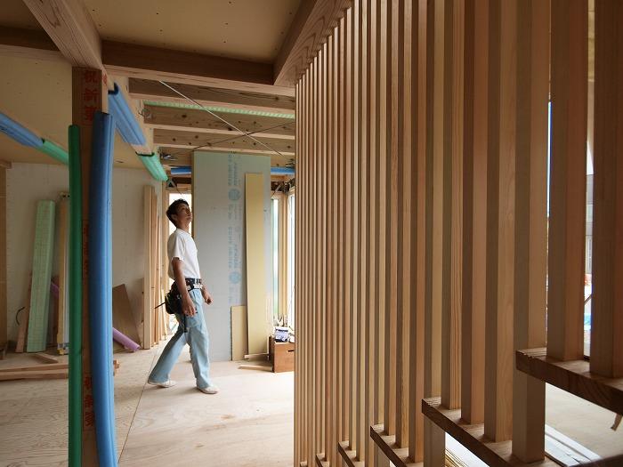 富士宮市新築住宅 薪ストーブの家の格子の階段