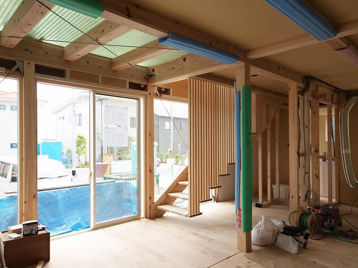 富士宮市新築 薪ストーブの家の格子の階段