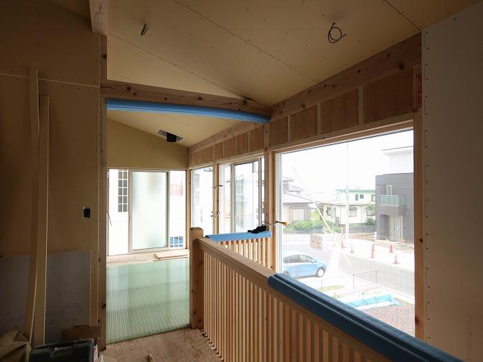 富士宮市新築住宅 薪ストーブの家の格子の階段とFRPのグレーチング