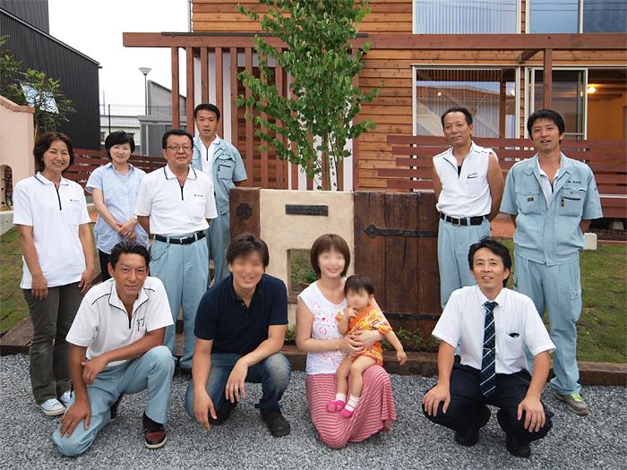 富士宮市新築住宅 モルタル造形の門柱の前で記念撮影