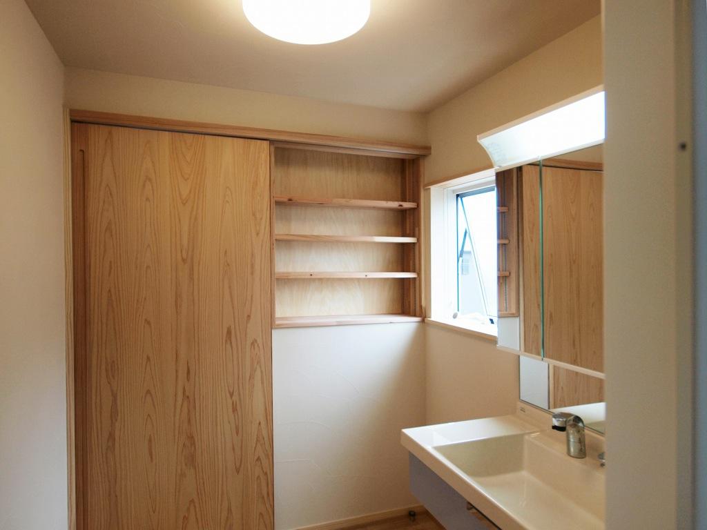 清潔感ある明るい洗面所は収納スペースも必須