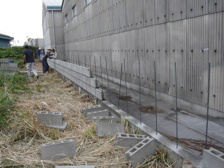ブロック積み施工中