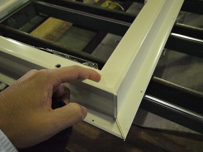 樹脂サッシの溶接バリ取り後