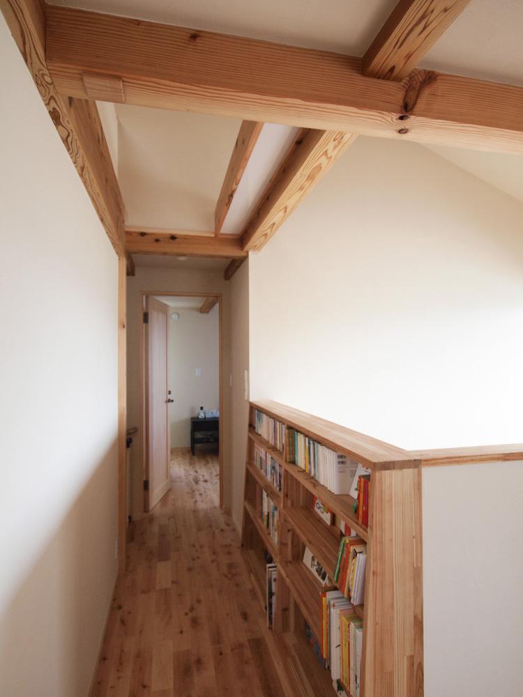 通路に本棚を設けてデッドスペースを有効活用
