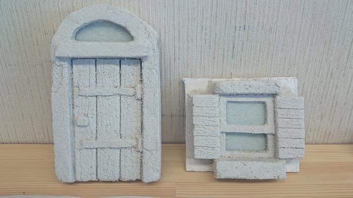 モルタル造形で小人のドアと窓