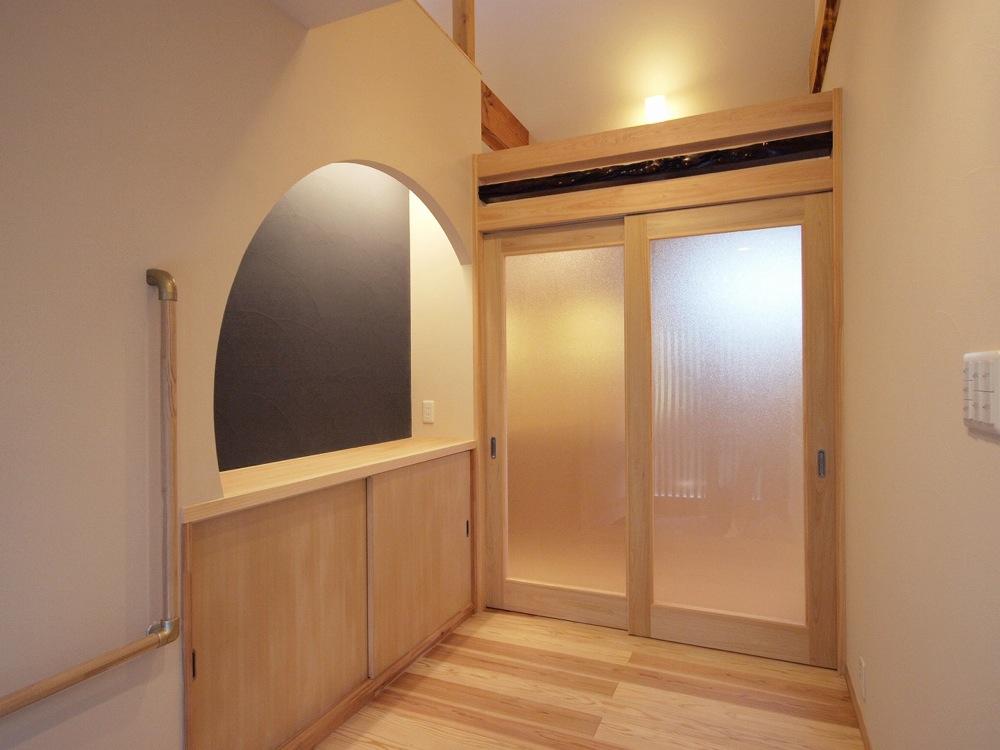 工事後、明るくなった玄関。引き戸の鴨居は、撤去した古い床柱をリユース