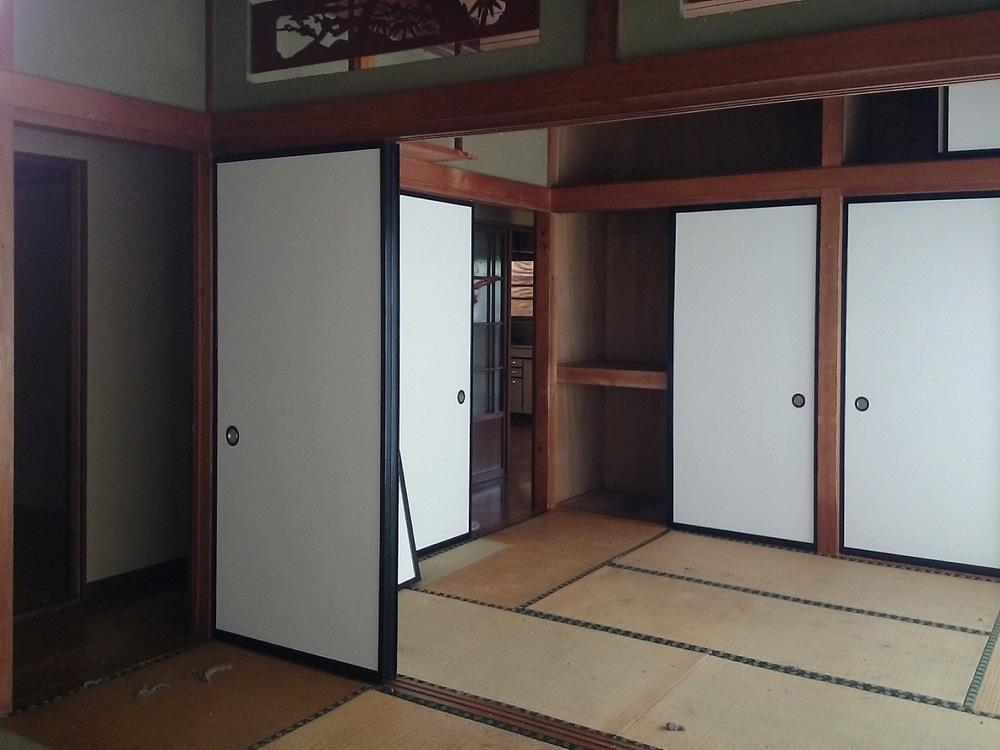 かつては人寄せのために必要だった二間続きの和室も、ただ寒いだけの居間になっていた