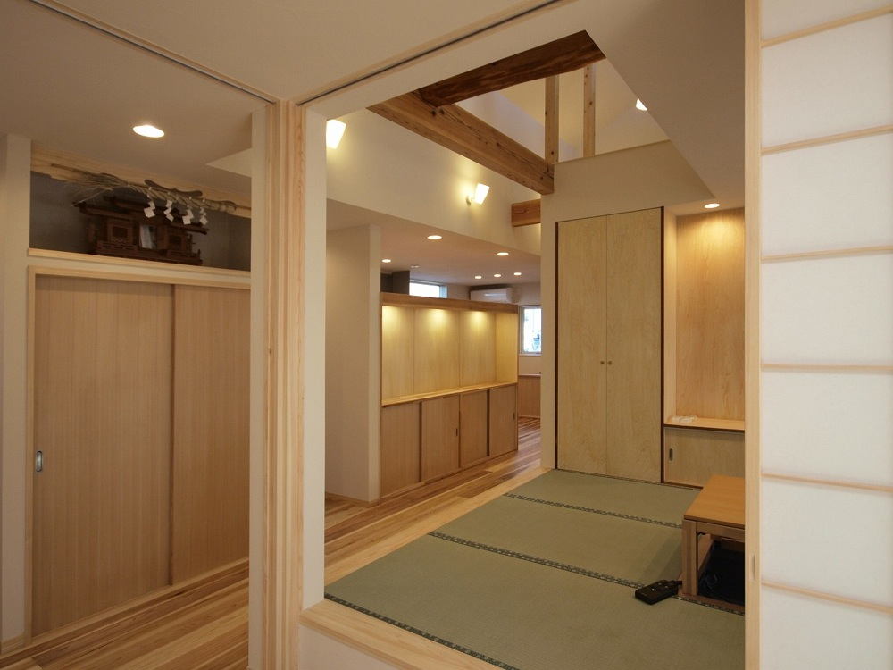 工事後、寝室と建具で仕切られたリビングに。北海道並みの断熱性能と花粉をカットする換気扇を設置し、家中どこでも快適に