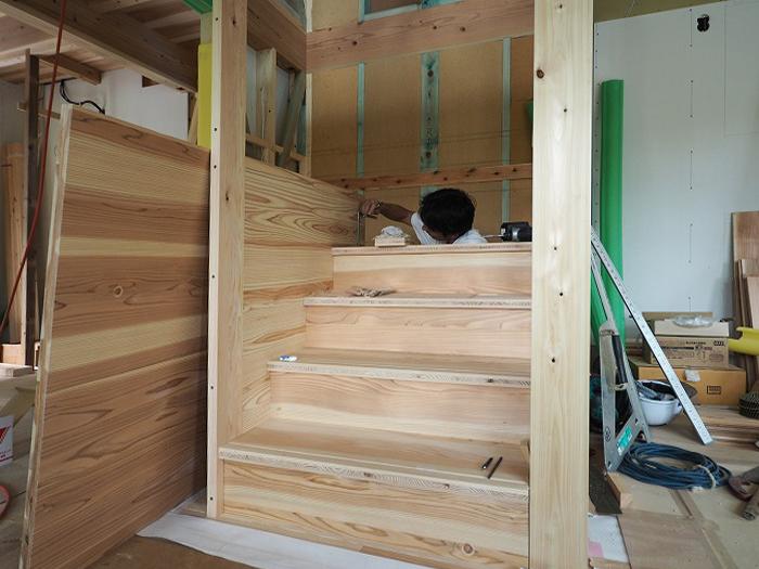 富士宮市新築住宅 薪ストーブの家 Jパネル階段