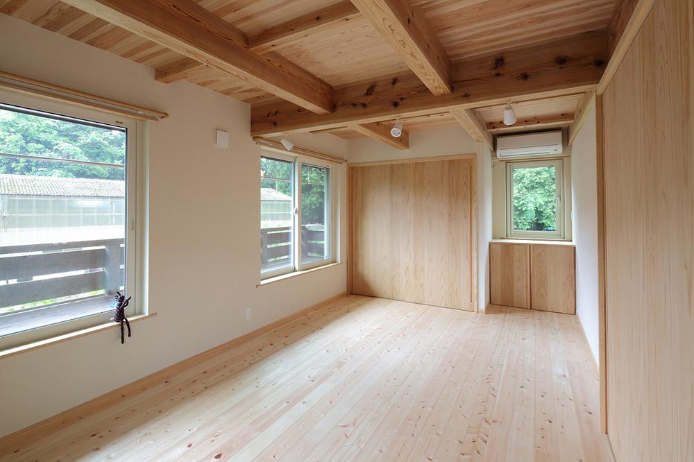 二階の寝室には、日本旅館のような窓の縁側がある。屋根もかかっているので濡れないし、星を眺めながらお酒も飲める。