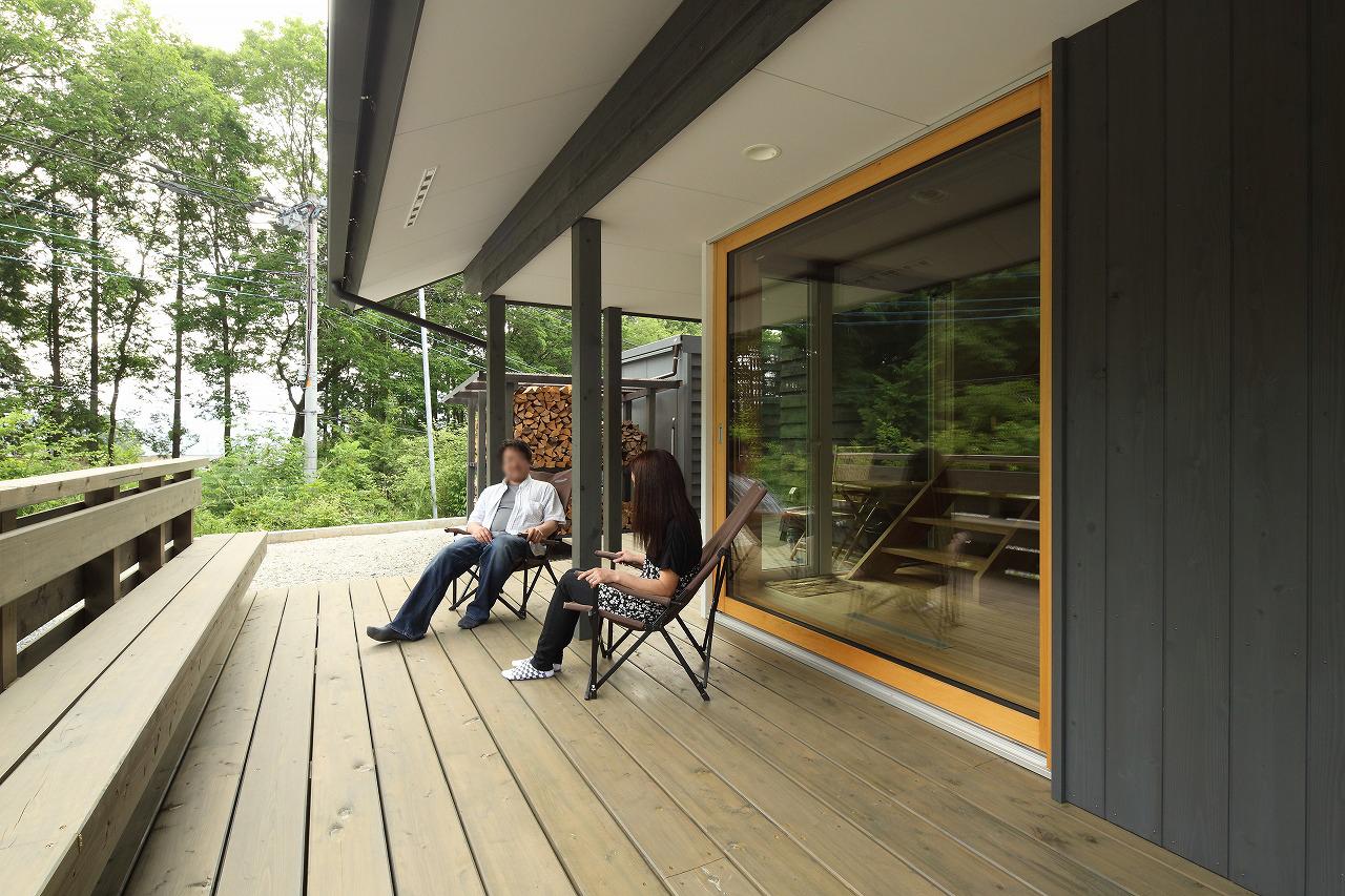 大きなトリプルガラスの木製引き込み戸を開けると、広いウッドデッキは、大屋根の深い軒下にあり、雨の日も読書が出来るくつろぎの空間。