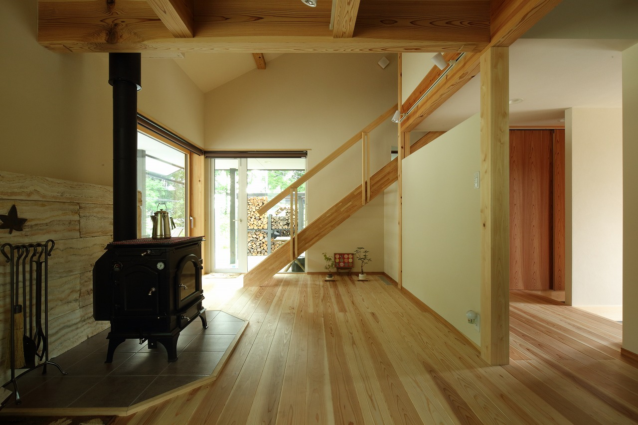 吹き抜けに設けた緩やかなスケルトン階段で、リビングと二階を繋ぐ。