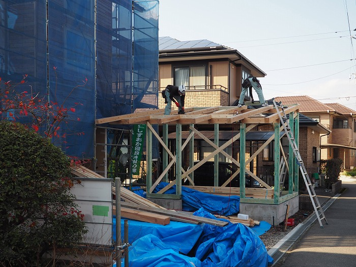 富士市 新築住宅 物置屋根組み立て