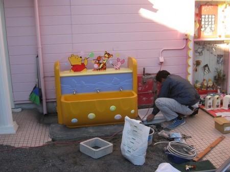 手洗い取付施工中