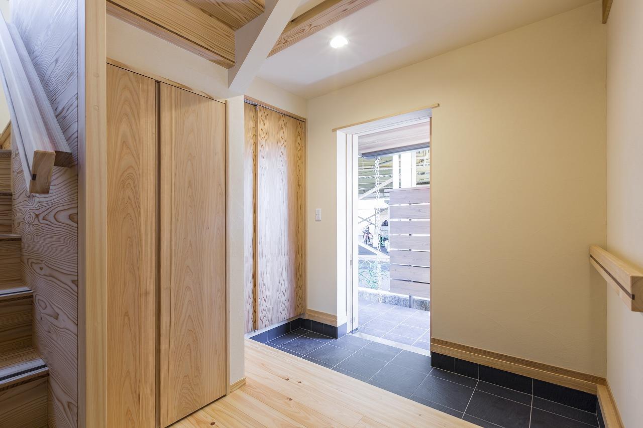 玄関引き戸の前はすぐに隣地なので、木製のついたてを設ける