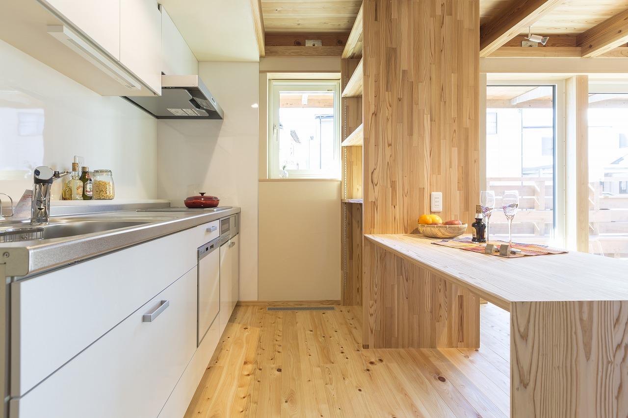 木の収納を併設したシンプルなキッチン