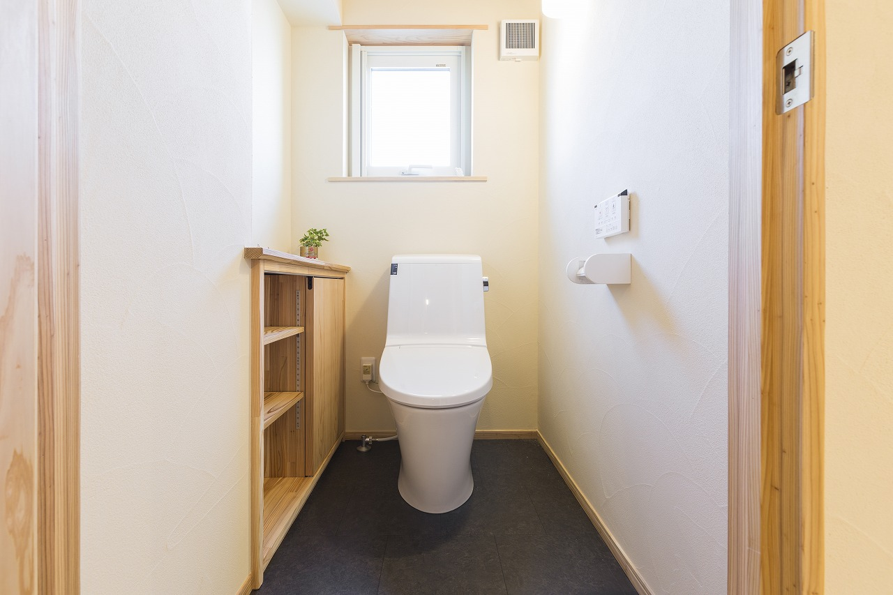 トイレ内も、調湿・消臭効果の高い珪藻土仕上げ