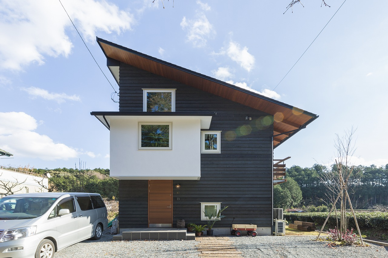 深い軒の大きな屋根は、薄くシャープにして木の外壁とマッチする
