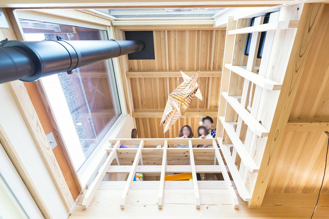 吹き抜けを通し、一階と二階が繋がり、家族も繋がる
