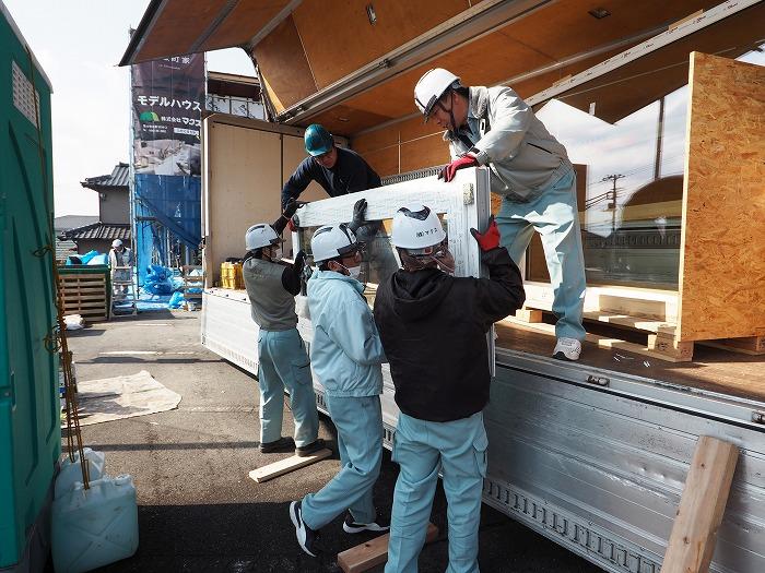 マクス モデルハウス ドイツの樹脂サッシ運搬