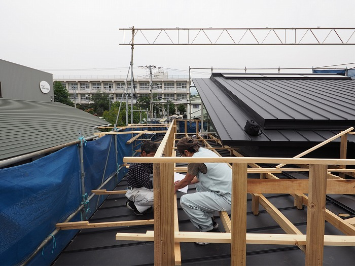 屋根の上のデッキ工事