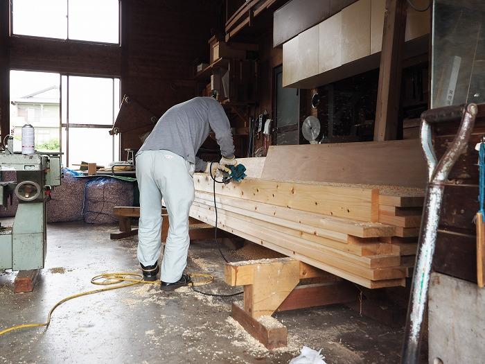 富士市 モデルハウス 桧のウッドデッキの加工