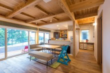 広いLDKの床は北海道産の楢材