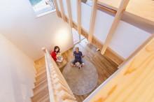 階段と吹き抜けは上下階を緩やかに繋ぐ装置
