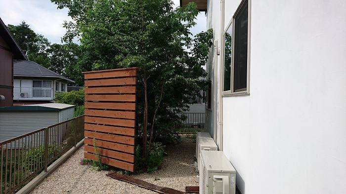 新築住宅 風呂の窓の外に植栽