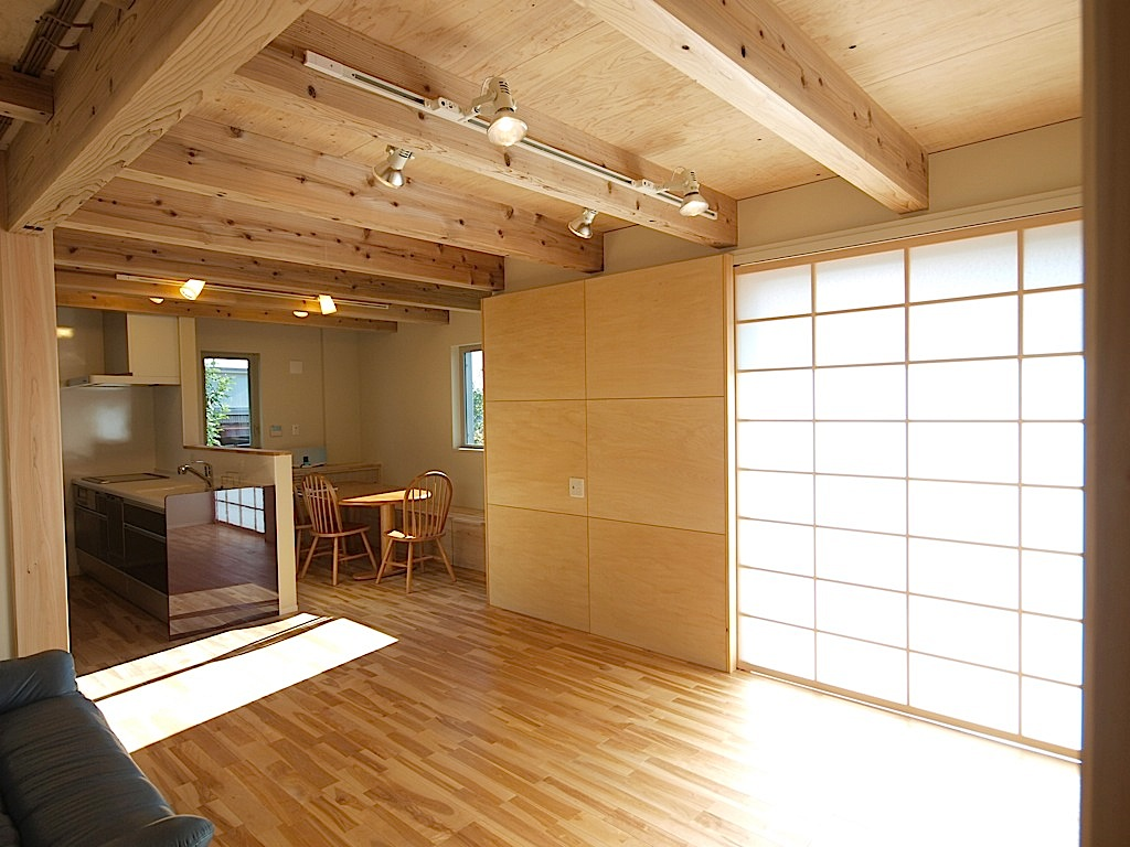 リビングの大きな窓には障子を設置しているので、柔らかな光を取り込むこともできる。
