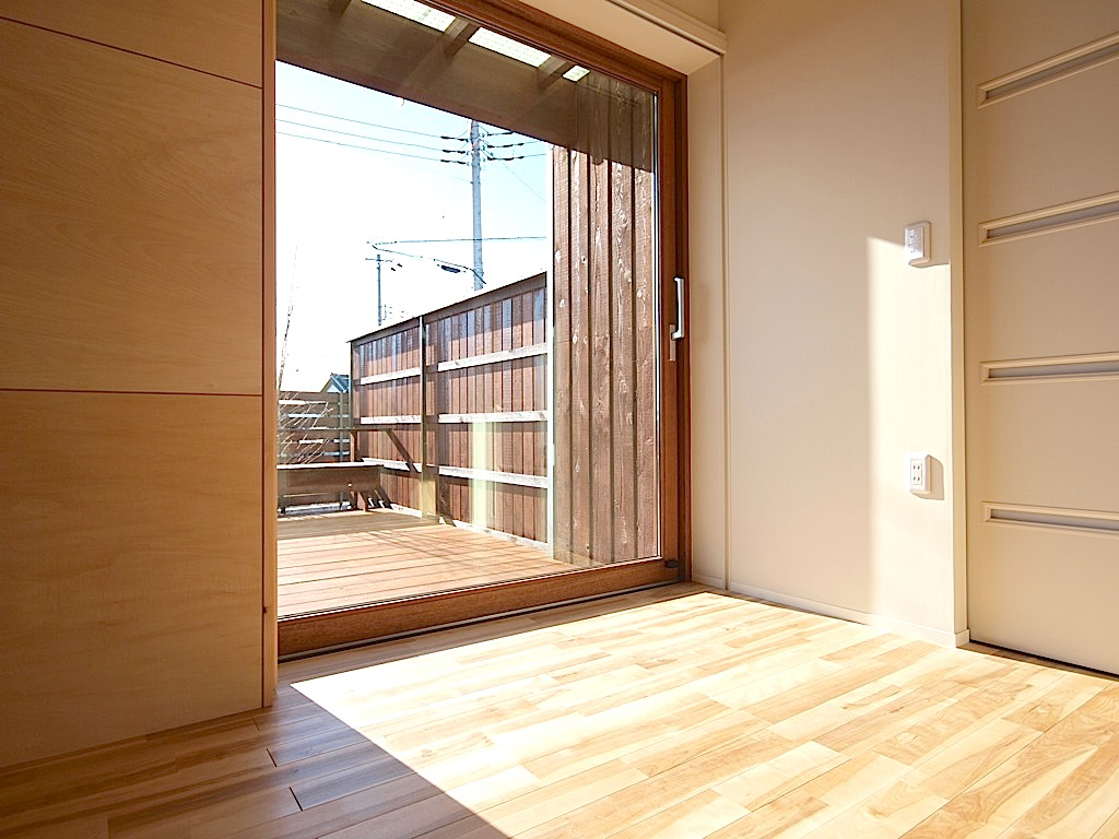 リビングに設けた大開口の木製サッシ。温もりある開放感を与えてくれます。