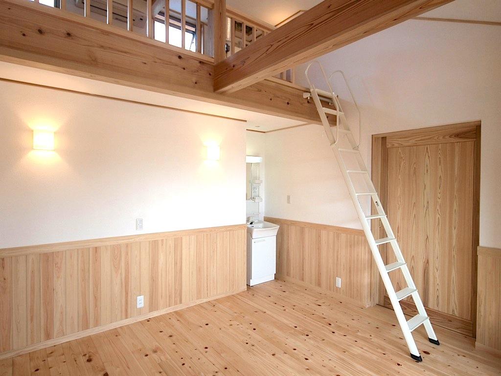 2階の小屋裏をりようしたロフト。夏にはロフトの窓を開けて暑い空気を外に逃がすことができるので快適に過ごせます。