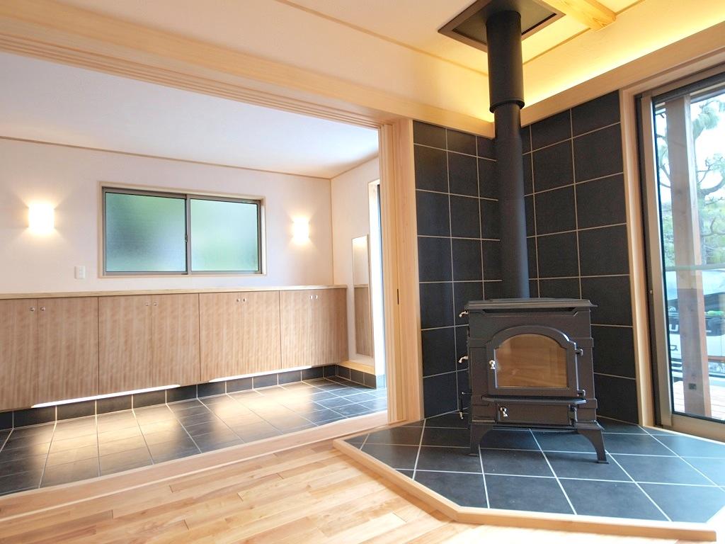 広い玄関から一続きになったリビングにある薪ストーブが温かく迎えてくれます。
