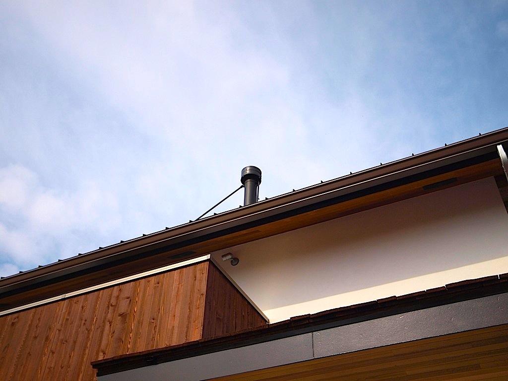 薪ストーブの煙突が、のっぺりとした屋根に表情をプラスしています。