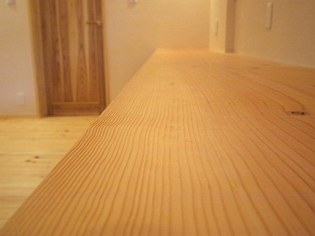 作り付けの机は無垢材、とても温かみがあります。