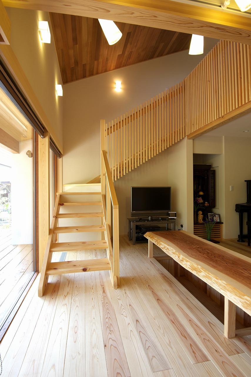 スケルトンの階段は高齢者に優しいバリアフリー設計で、手摺りを持たなくても安心して昇降できる。