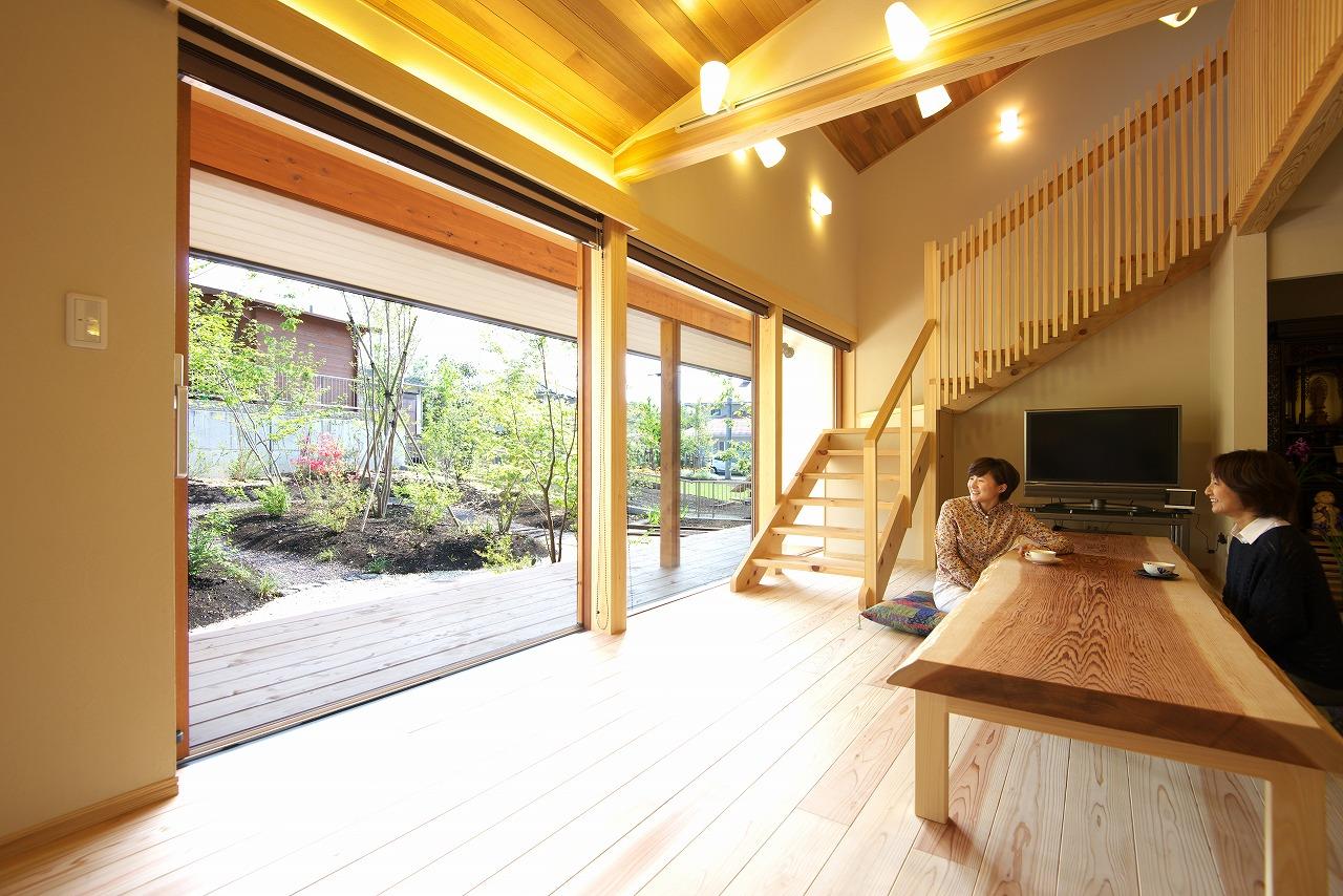 奥様自慢の庭を眺めながら過ごせる掘りごたつ式のリビング。大開口の木製サッシ。