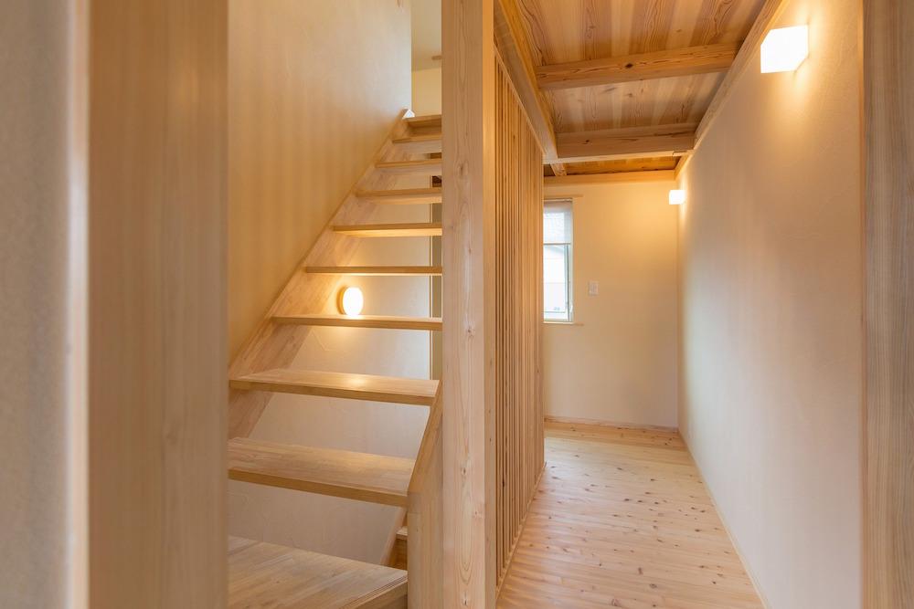 光と空気がロフトから一階まで繋がるスケルトン階段