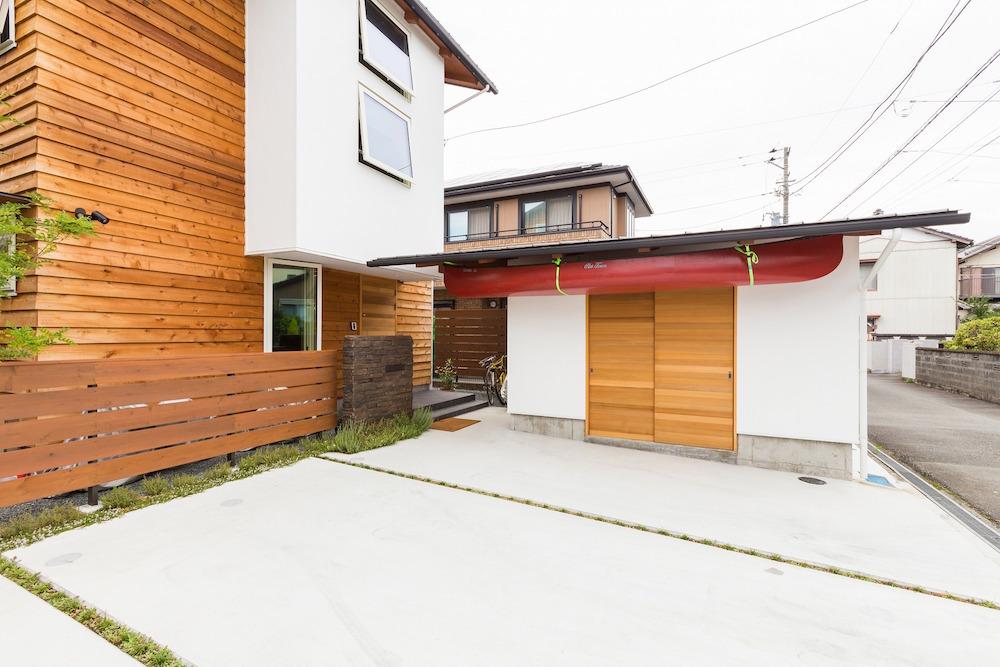 北東外観。アクティブで趣味の多い家族のための外物置は、建物本体と外観を統一