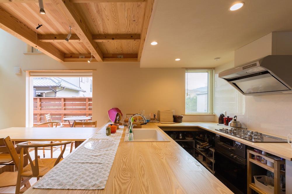 タモの幅はぎ板で制作した造作のキッチン