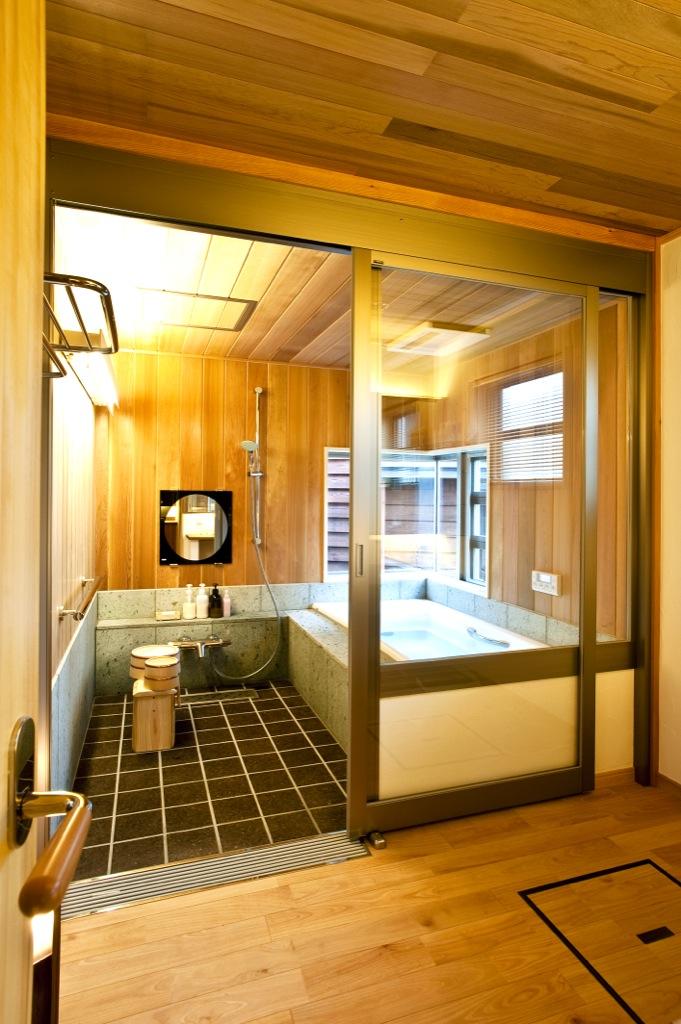 青森ヒバと十和田石のお風呂は高級温泉旅館のような贅沢な空間。