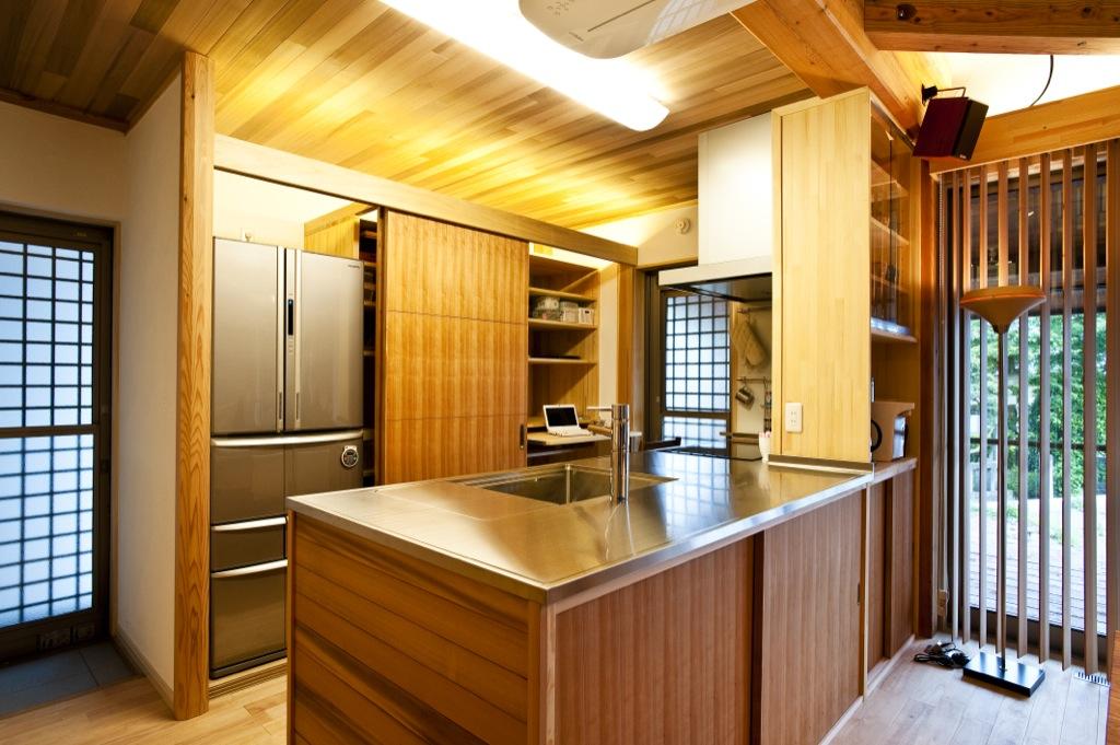 キッチンも木製にこだわりました。