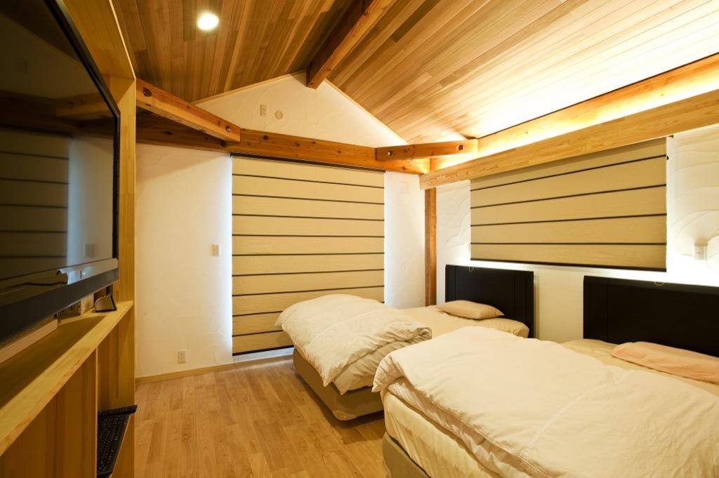 ディンバーフレームの構造が美しい寝室。