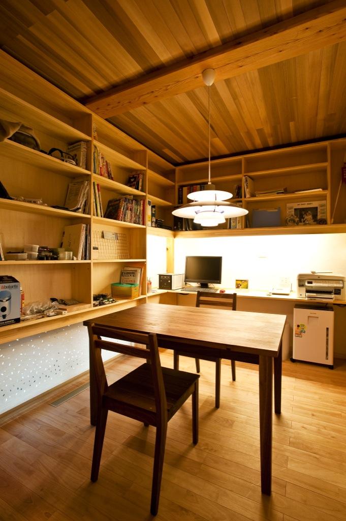 書斎には、大容量の壁面収納。
