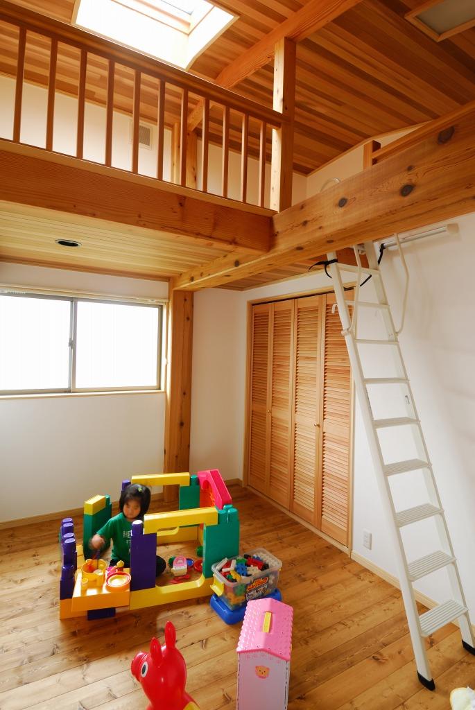 ロフトと天窓がある明るい子供部屋。