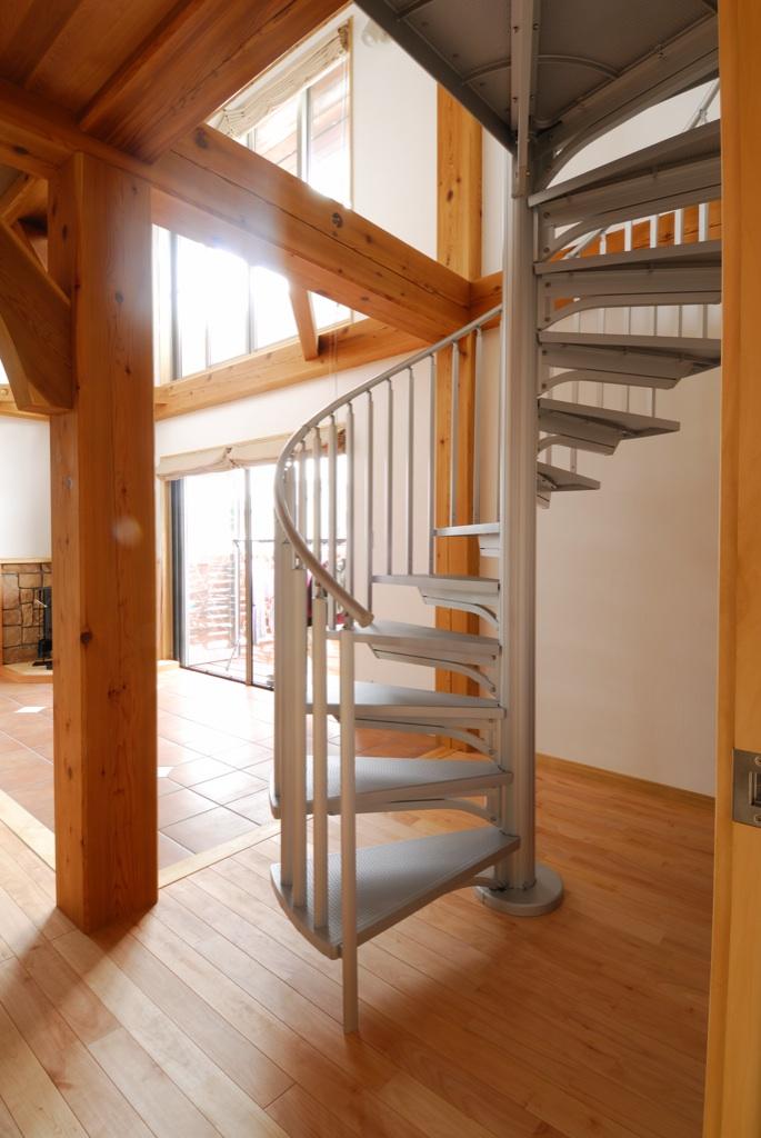 らせん階段は、同じ間隔で手摺りがつかめるのでおばあちゃんでも案外上りやすいそうです。